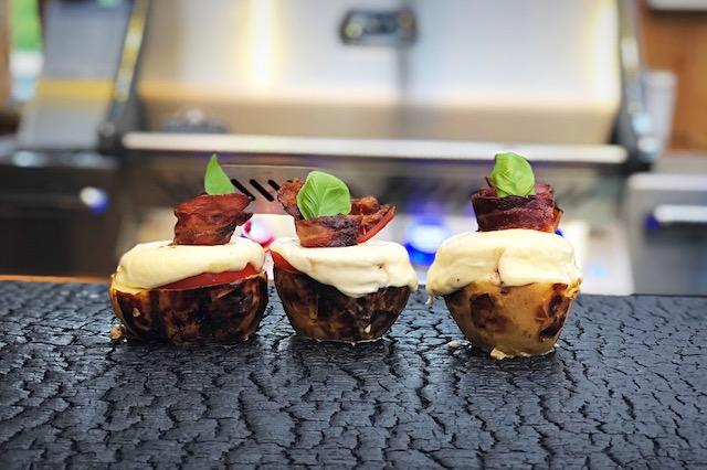 Bagekartofler med Mozzarella Tomat og Bacon