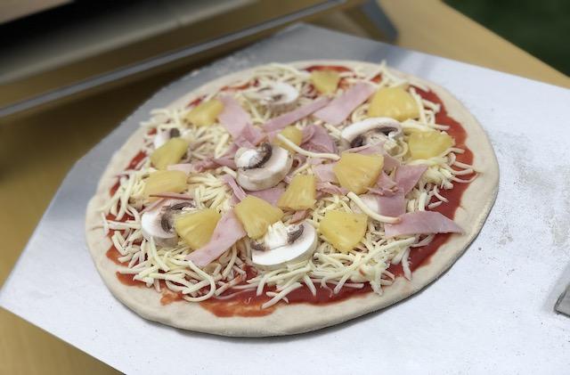 Pizza på vej ind i Uuni Pro