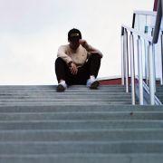 cobori pe scari