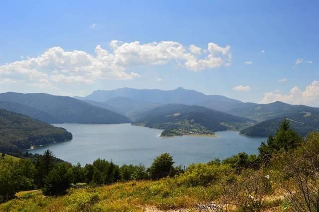 Lacul Izvorul Muntelui, cu maretul Ceahlau in fundal