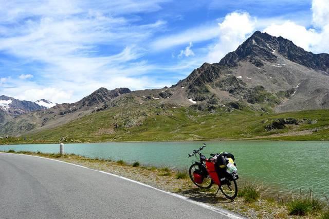 Lacul din apropierea pasului
