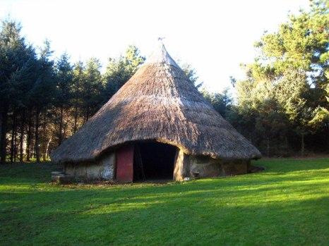Reconstruction of an Iron Age roundhouse, similar to those found at Glastonbury Lake Village (Credit: Rod Allday via Wikimedia Commons)