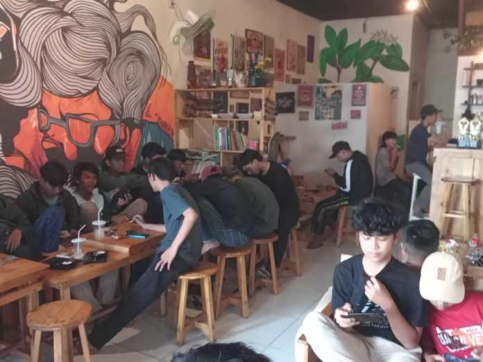 Komunitas Sadulur (Sadu) E-Sport menggelar turnamen free fire (FF) secara offline di salah satu kedai kopi di wilayah Kecamatan Jasinga Kabupaten Bogor, Minggu (26/9/2021). Foto : Didin/CR