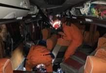 Proses evakuasi di dalam bus AKAP jurusan Surabaya-Bandung yang sebelumnya bertabrakan dengan truk kontainer di Kulon Progo, Jumat (24/9) dini hari. (Foto: Basarnas Yogyakarta)