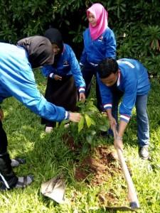 Peserta Jambore Komunitas Bogor 2016 sedang melakukan Aksi Menanam Pohon