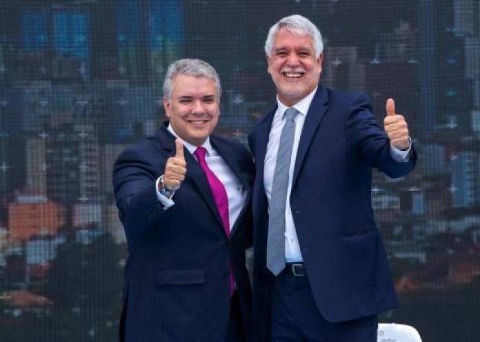 El presidente de Colombia Iván Duque y el Alcalde de Bogotá Enrique Peñalosa celebran la adjudicación del Metro de Bogotá.