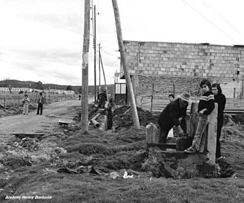 Pila comunal y construcción acueducto, barrio Nueva Caledonia. Foto: Saúl Orduz (1980).
