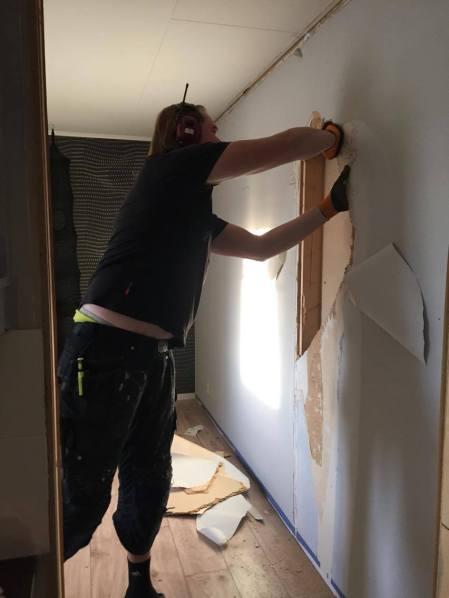 Första dagen i projektet. Fredrik börjar riva innerväggar.