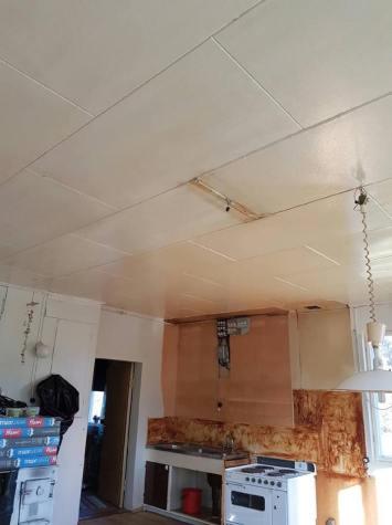 Kraftigt nikotingult tak, fick tvättas åtta varv!