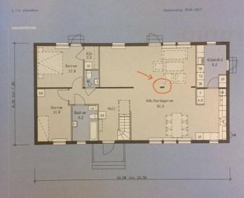 Översikt av planlösningen på nedre plan, med pelaren inringad som vi tagit bort.