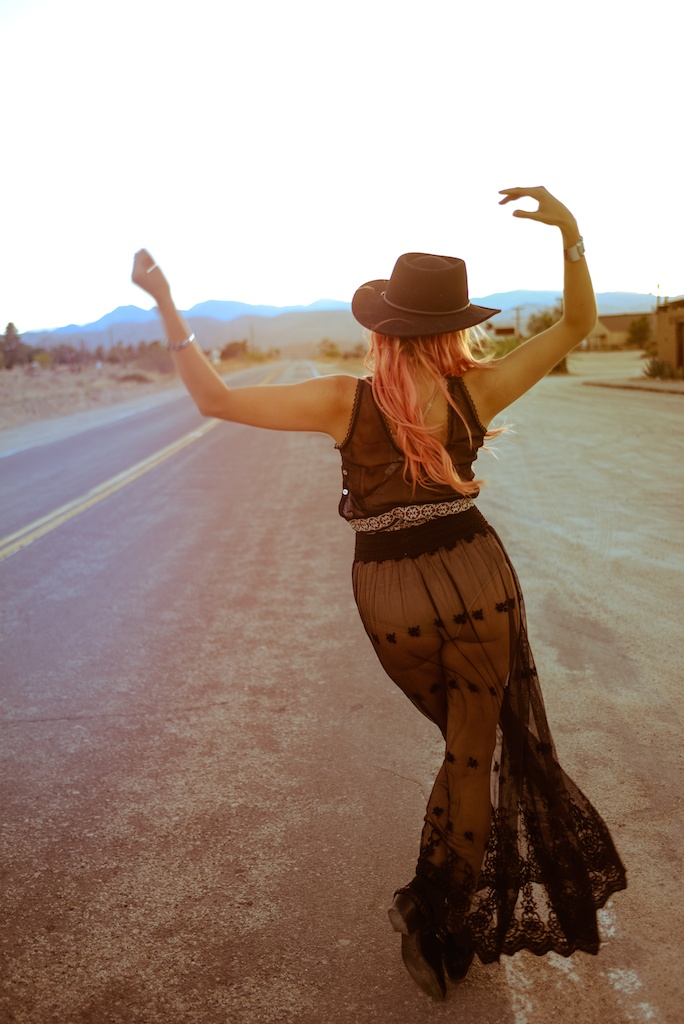 gypsy-junkies-joshua-tree-desert-pioneertown-pappy-and-harriets-western-fashion-travel-blogger-boho-bunnie-bohemian-16
