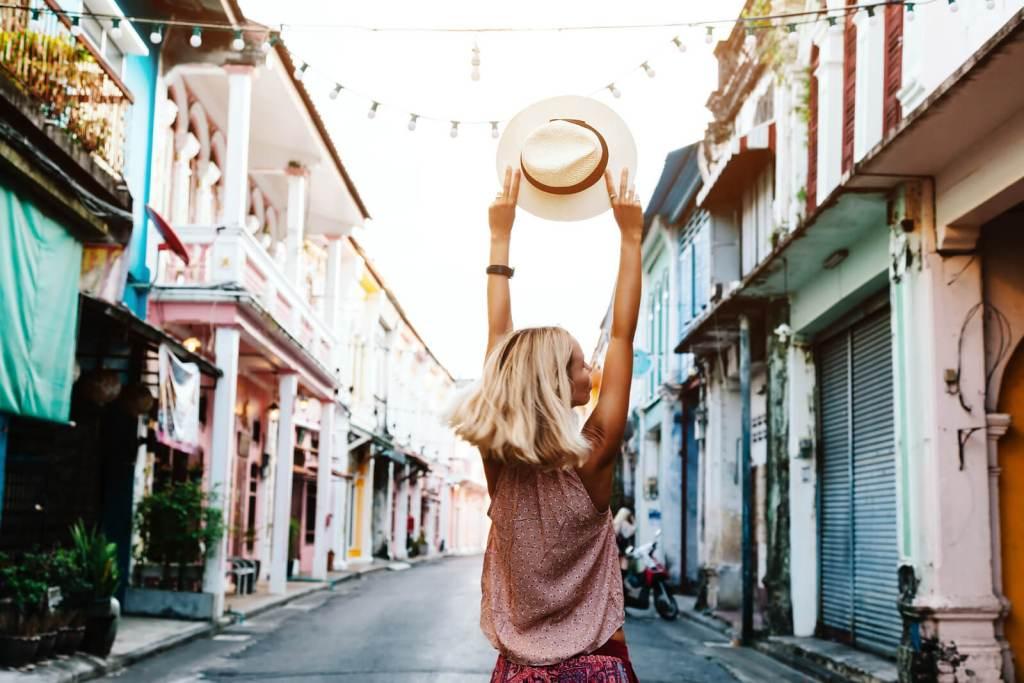 Chica Boho paseando por la calle