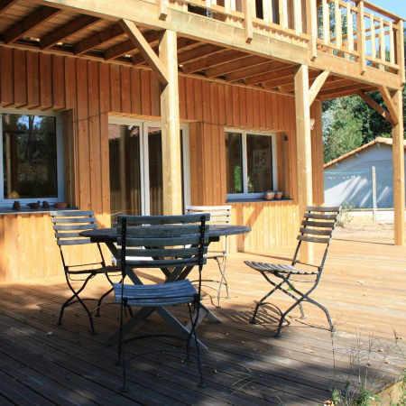 Table et chaises sur la terrase en bois