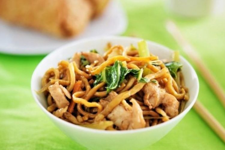 Noodles with chicken and vegetables