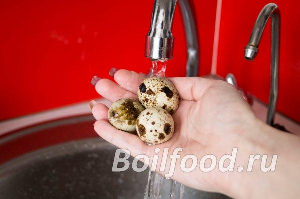 Промываем перепелиные яйца