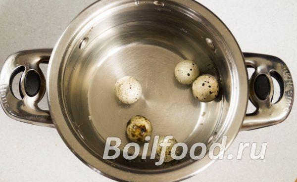 Заливаем перепелиные яйца водой