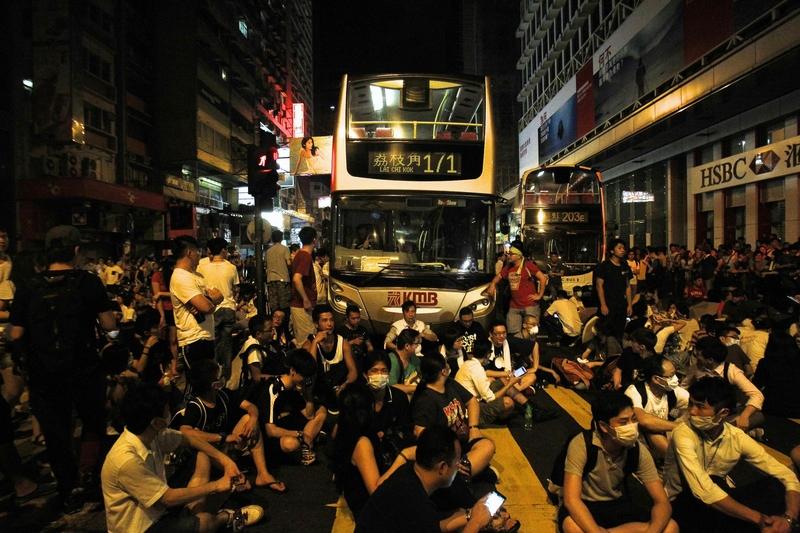 Hundreds of protesters block traffic on Nathan Road at Hong Kong's shopping Mongkok district September 29, 2014.  [REUTERS/Liau Chung-ren]