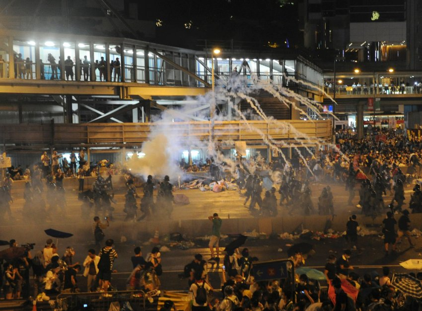 Riot police fire teargas to disperse protesters, after thousands of protesters blocked the main street to the financial Central district outside the government headquarters in Hong Kong September 28, 2014.  [REUTERS]