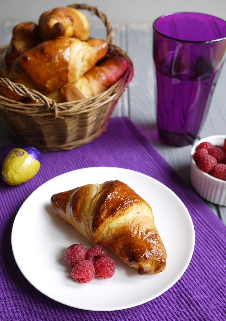 cadburys-caramel-egg-stuffed-croissants-basket