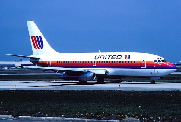 United_Airlines_Boeing_737-222;_N9075U,_April_1990_CRO_(5057344444)
