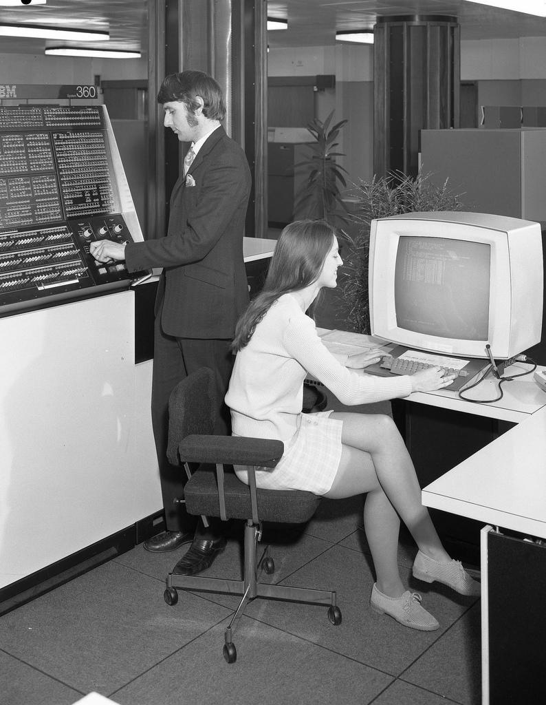 computers-miniskirts-22