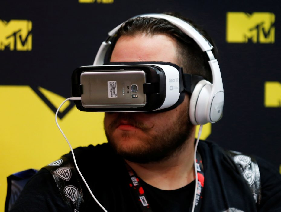 An attendee wears a virtual reality headset at Comic-Con International in San Diego, California, United States July 22, 2016.    REUTERS/Mike Blake - RTSJA46