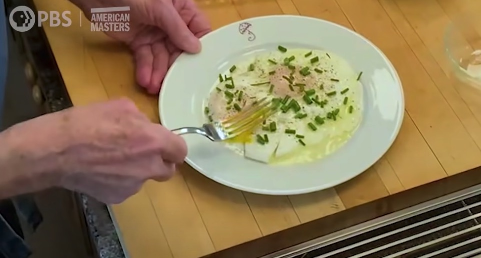Jacques Pépin makes a delicious fried egg