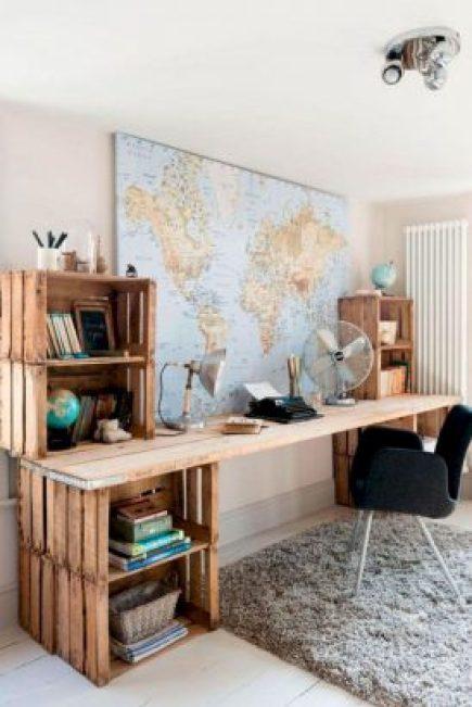 un bureau fabriqué avec de simple caisse en bois et des planches brutes