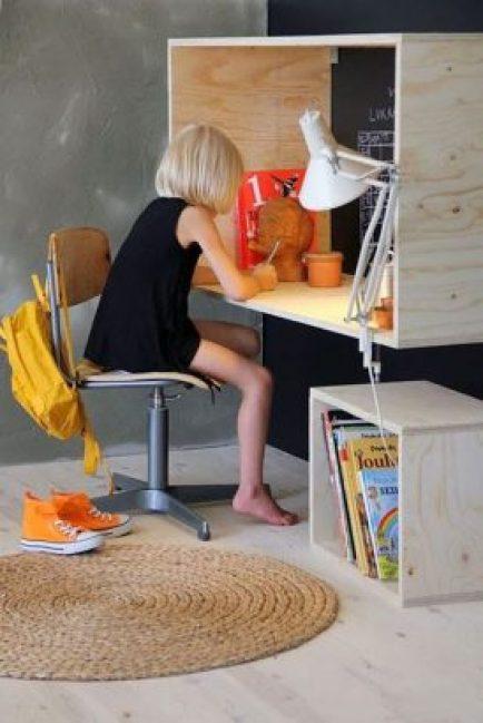 Un bureau d'enfant DIY en créant une niche murale