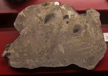 Meteorit Silver Crown s značilno widmanstättenovo strukturo
