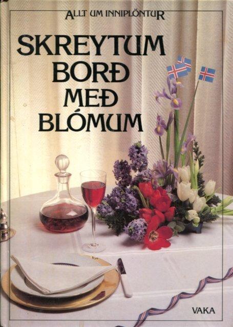 Skreytum borð með blómum