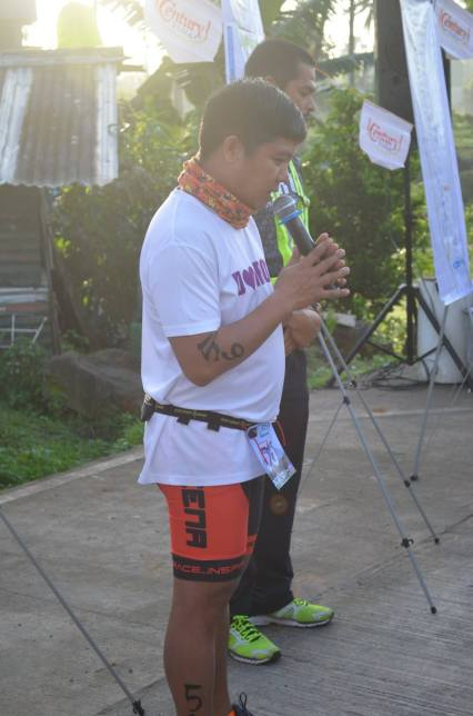 Priest-duathlete (sorry, I did not get his name!) leading the group in prayer (Photo grabbed from Runaholic Facebook Page)