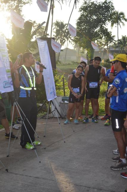 Race Director Wil Veluz giving the duathletes final reminders (Photo grabbed from Runaholic Facebook Page)
