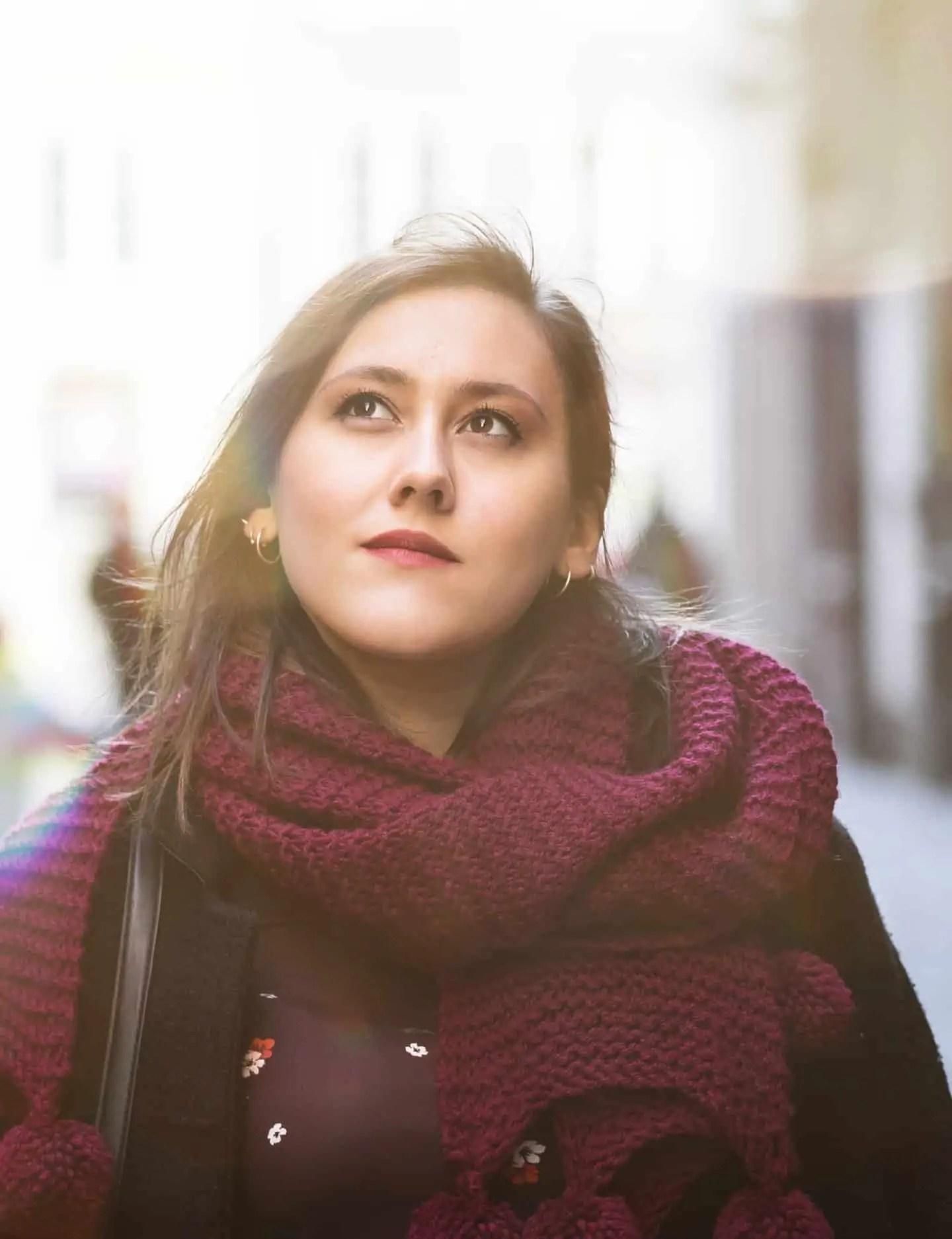 Plenerowa sesja zdjęciowa zdjęcie portretowe w mieście - dodana warstwa słońca