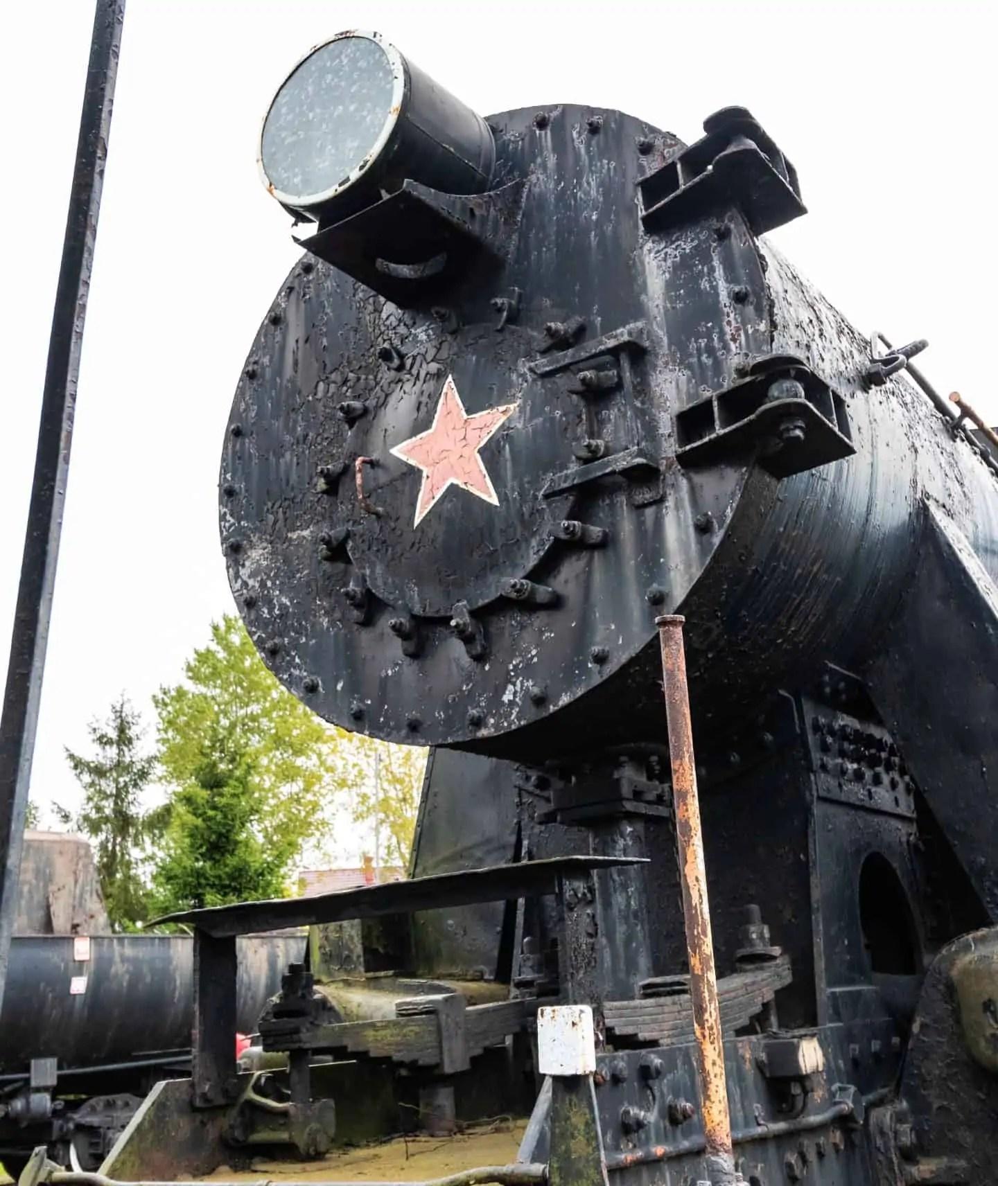 radziecki poci%C4%85g z czerwon%C4%85 gwiazd%C4%85 stara lokomotywa - Fotografie do druku