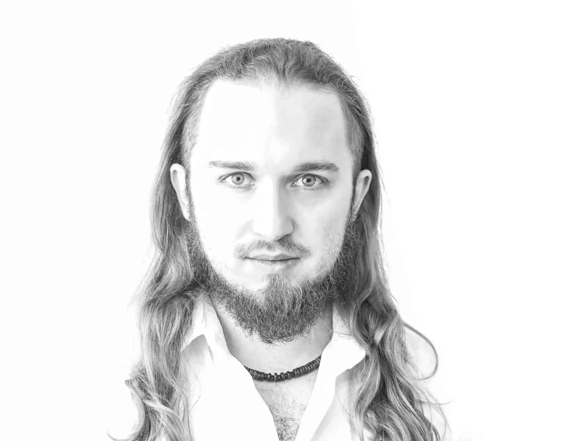 Biały portret Piotr Kowalski typ high key photography 5 - Biały portret na białym tle