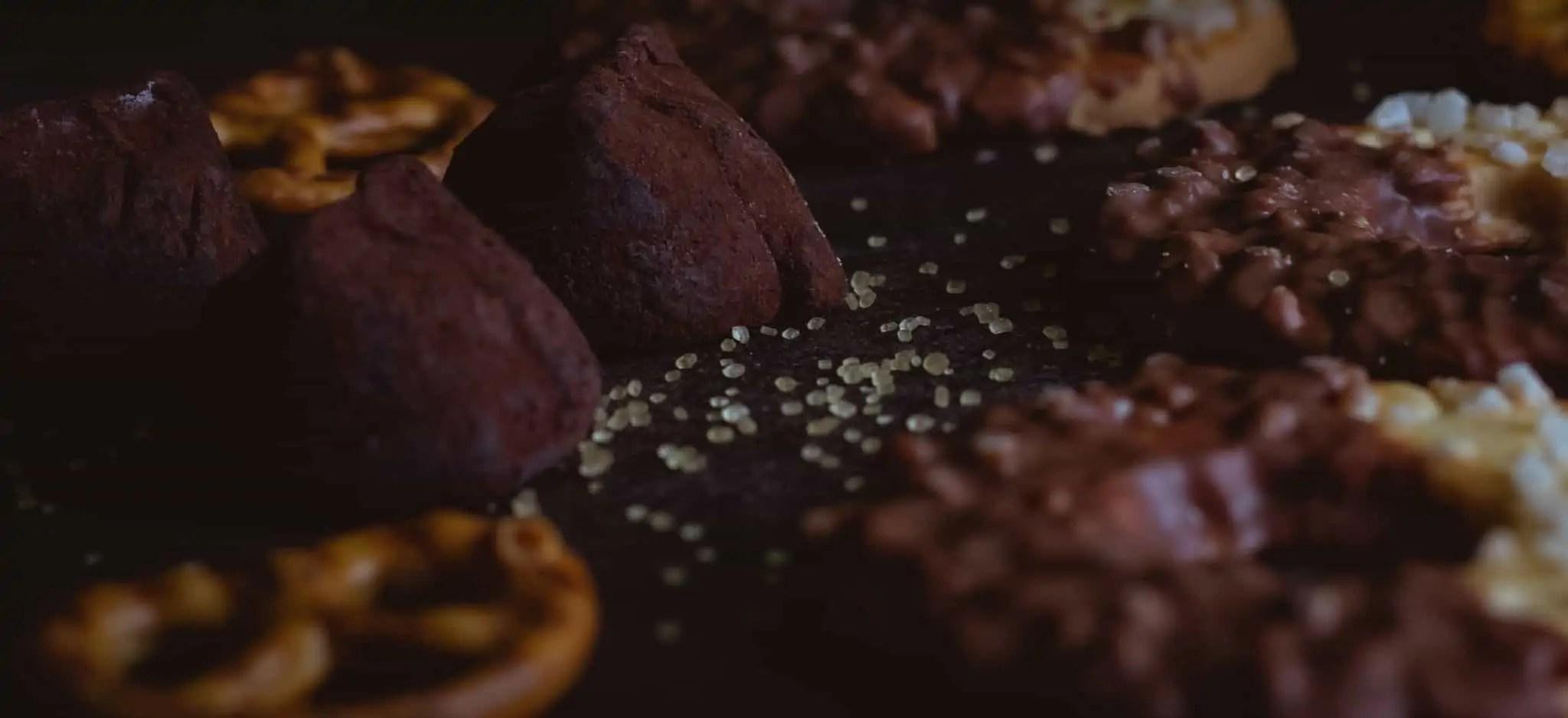 Czarna fotografia jedzenia czekolada precelki i ciastka 10 scaled - Czarna fotografia jedzenia