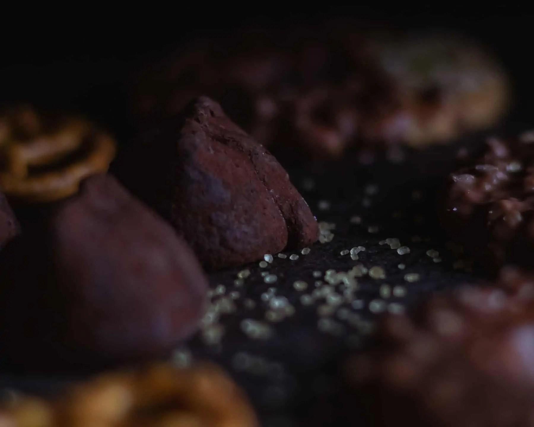 Czarna fotografia jedzenia czekolada precelki i ciastka 14 - Czarna fotografia jedzenia