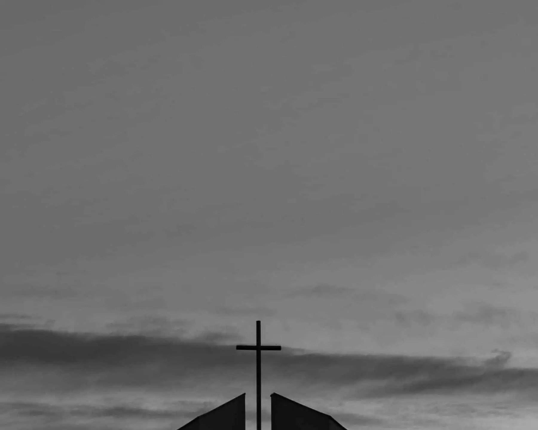 Krzyz nad niebie - Minimalizm w fotografii - wyzwanie fotograficzne