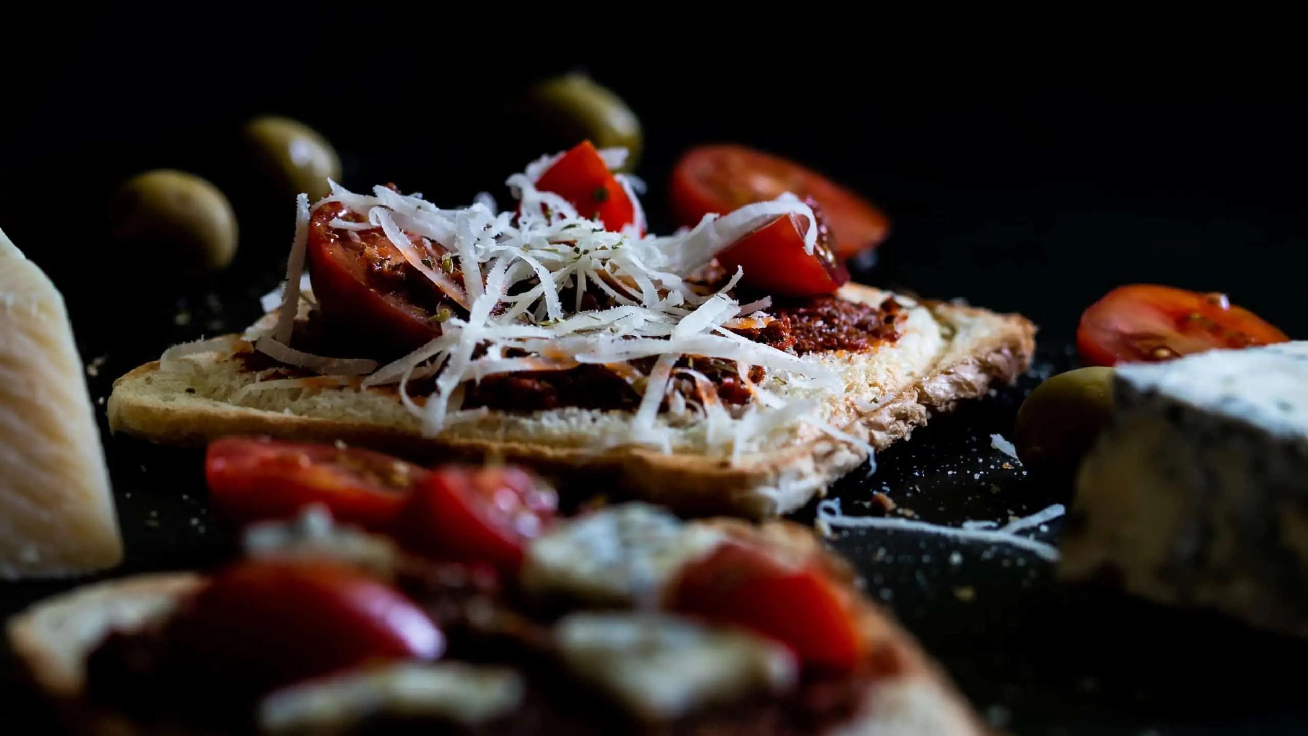 czarna fotografia produktowa w domowych warunkach zdjęcia tostów z czerwonym pesto 1 scaled - Czarna fotografia produktowa