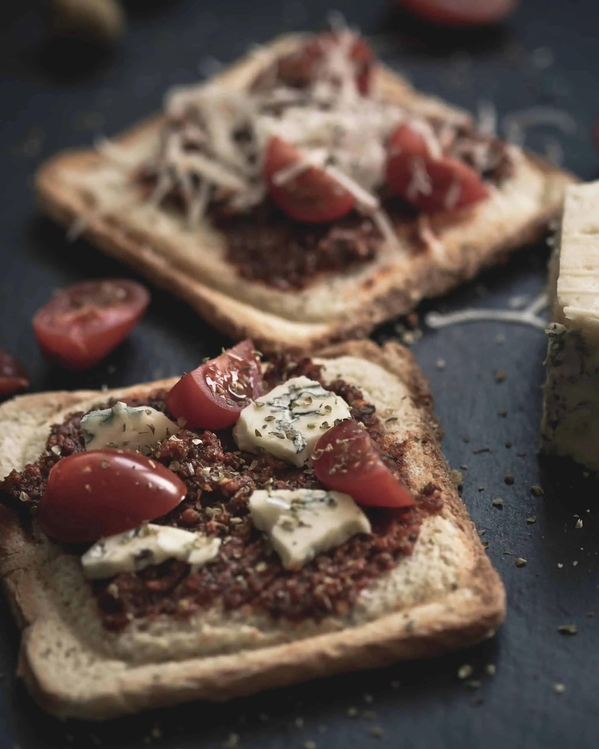 czarna fotografia produktowa w domowych warunkach zdjęcia tostów z czerwonym pesto 7 scaled - Czarna fotografia produktowa