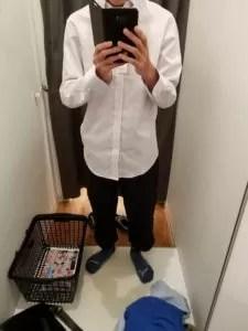 白シャツ、黒スキニー