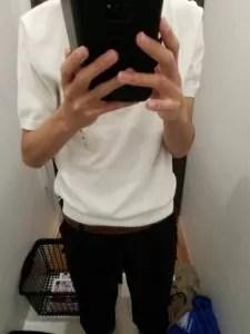 白ポロシャツ、黒スキニー
