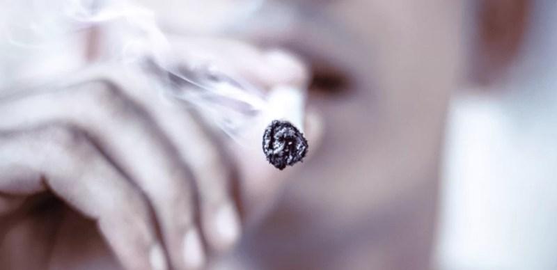 タバコ を吸う男