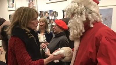 Kerstman opent expositie van Annemarie's kerstkaarten in het Brinkhuis