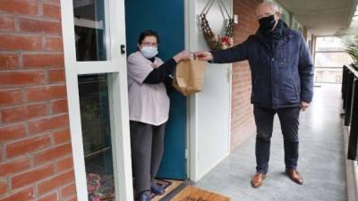 Nieuwe wethouder Jan den Dunnen deelt 'Opkikker soep' uit van de gemeente