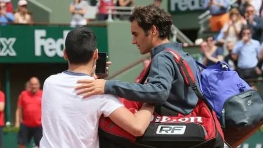 Miúdo invade o court para tirar uma selfie com Roger Federer