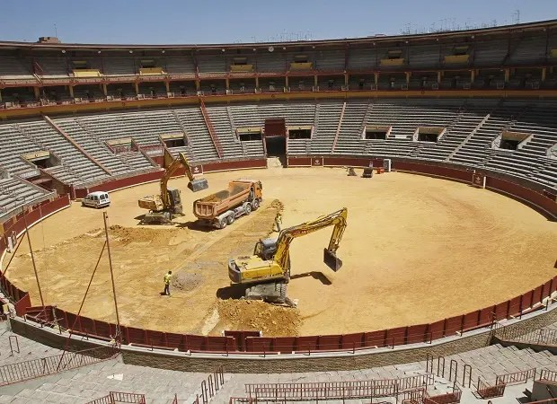 epa02868611 General view of the bullring in Cordoba, Andalusia, southern Spain, 16 August 2011, where work has begun to adapt the bullring and install a tennis court for the Davis Cup semi final between Spain and France to be held from 16 to 18 September 2011. EPA/SALAS (MaxPPP TagID: epaphotos089110.jpg) [Photo via MaxPPP]