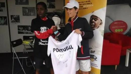 Camisola autografada pela seleção nacional da Taça Davis já foi entregue no Estoril