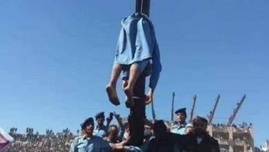 "Photo of شاهد: لحظة إعدام مغتصب وقاتل الطفلة اليمنية ""آلاء الحميري"" في استاد رياضي باليمن."